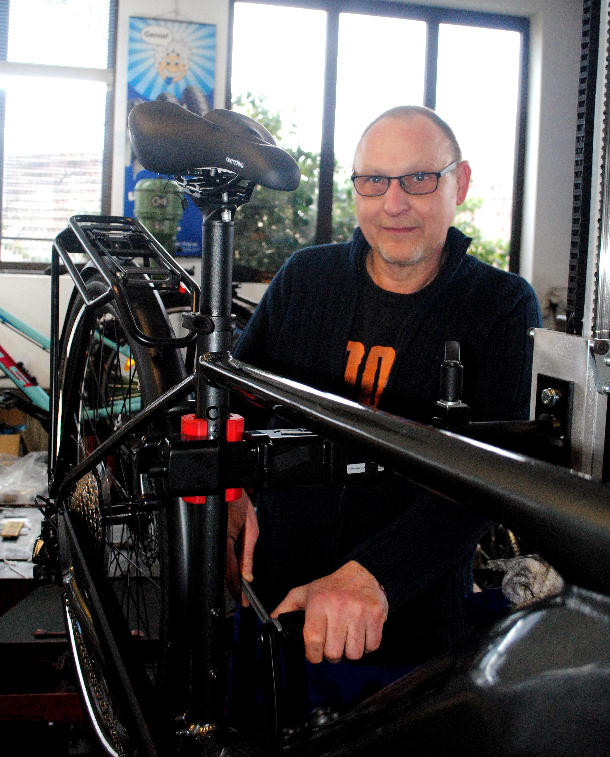 Rainer Pohl bei Fahrradreparatur